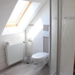 Das Badezimmer im deutschen handicapgerechten Haus Hainichen für Menschen mit Behinderung.