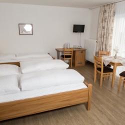 Ein Mehrbettzimmer im deutschen barrierefreien Gruppenhaus Hotel Bayerischer Wald*** in Bayern.
