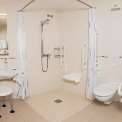 Barrierefreie sanitäre Anlagen mit Waschbecken, WC und Dusche im Freizeithaus Hotel Bayerischer Wald*** in Deutschland.