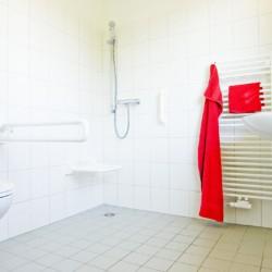 Sanitärbereich im barrierefreien deutschen Gruppenhaus Ferienhof Kieler Bucht an der Ostsee