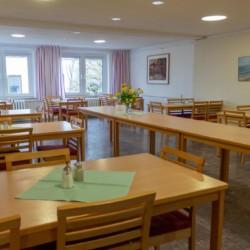 Der Speisesaal im Gruppenhaus Greifswalder Bucht in Deutschland für Kinder und Jugendfreizeiten.