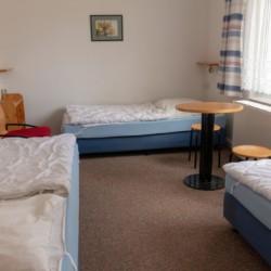Ein Mehrbettzimmer im Gruppenhaus Greifswalder Bucht in Deutschland.