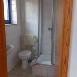 Sanitäre Anlagen mit Dusche, WC und Waschbecken im deutschen Gruppenhaus Greifswalder Bucht.