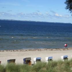 Die Badestelle mit Sandstrand am Gruppenhaus Greifswalder Bucht in Deutschland.