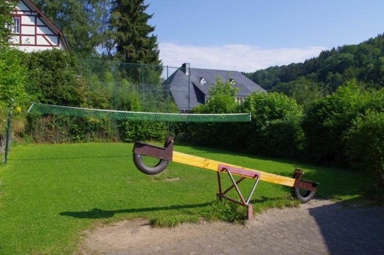 Volleyball und Wippe am Gruppenheim Jugendhaus Monschau in Deutschland.