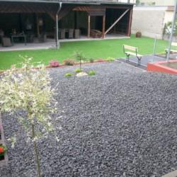 Der Garten mit überdachten Sitzgruppen am Freizeitheim Moselschleife in Deutschland für barrierefreie Gruppenreisen.