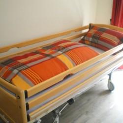Ein Pflegebett im Freizeithaus Moselschleife für barrierefreie Gruppenreisen und Pflegeurlaube in Deutschland.