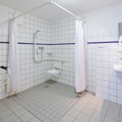 Barrierefreie sanitäre Anlagen im Freizeithaus Fit Hotel Much - Bergisches Land*** in Deutschland.