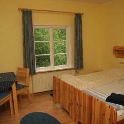 Ein Mehrbettzimmer im Blockhaus Ahlhorn in Deutschland.