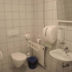 Die Sanitäranlagen des Blockhauses Ahlhorn in Deutschland.