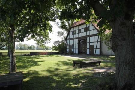 Die Außenansicht des Gruppenhauses Burlage in Deutschland.