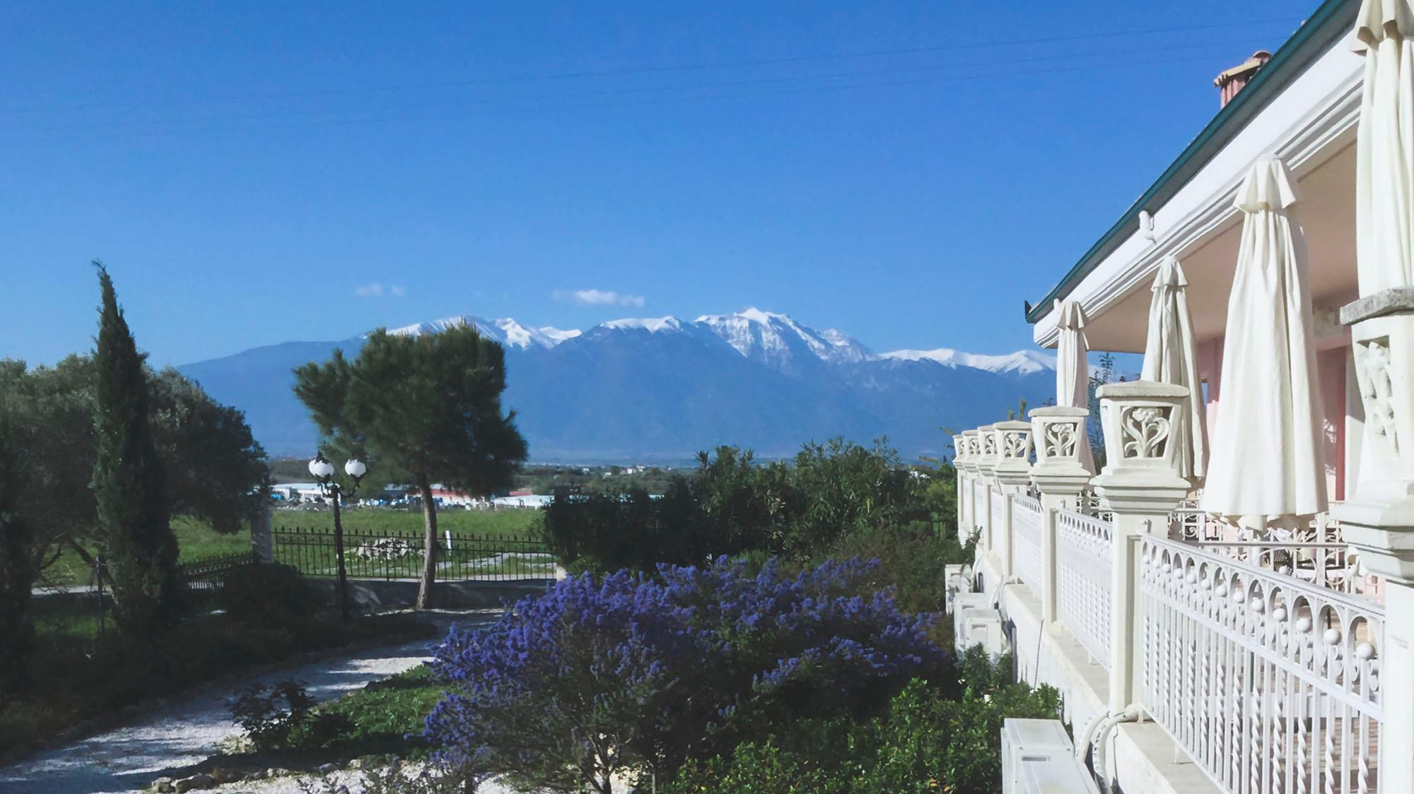 GRVO Die Dachterrasse des griechischen Rolli-Hotels Villa Olymp am Meer.