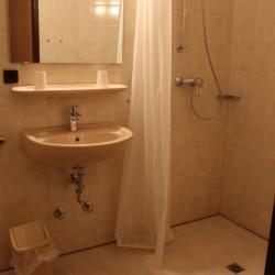 Sanitäre Anlagen mit WC, Waschbecken und Einzeldusche im barrierefreien Gästehaus Horn-Bad Meinberg in Dutschland.