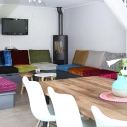 Heller Wohnraum mit TV und Kamin im niederländischen Handicap Gruppenhaus für Behinderte Het Keampke Beuk