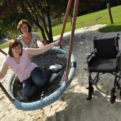 großzügiges Außengelände mit Nestschaukel vom niederländischen handicapgerechten Gruppenhaus für Rollifahrer Het Keampke Eik