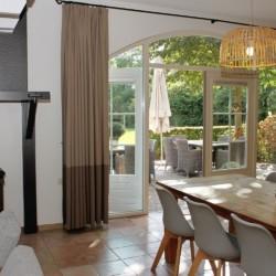 großer Speise- und Gruppenraum mit Kaminofen im niederländischen rolligerechten Gruppenhaus mit hohem Standard Het Keampke Haus Eik