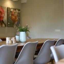 großer Speiseraum und Gruppenraum mit Kaminofen im niederländischen rolligerechten Gruppenhaus mit hohem Standard Het Keampke Haus Eik