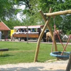 schönes Gelände mit Nestschaukel und Planwagenfahrt mit Pferden vom niederländischen handicapgerechten Freizeithaus für Rollifahrer Het Keampke Eik