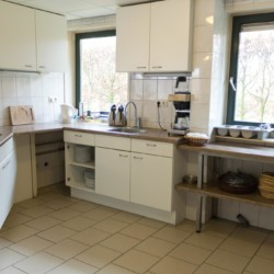 Die Küche im handicapgerechten niederländischen Gruppenhaus Follenhoegh.