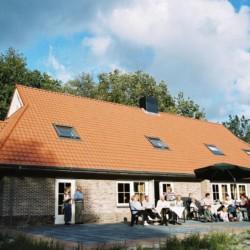 Außenansicht und Terrasse des Gruppenhauses Stins in den Niederlanden.
