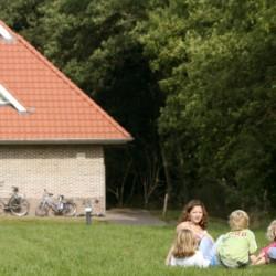 Die Wiese am Gruppenhaus Stins in den Niederlanden.