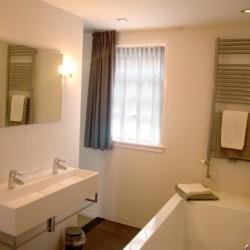 Sanitäre Anlagen mit WC und Badewanne im Gruppenhotel KOM! in den Niederlanden.