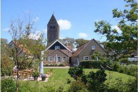 Das Gruppenhotel Ameland in den Niederlanden von außen.