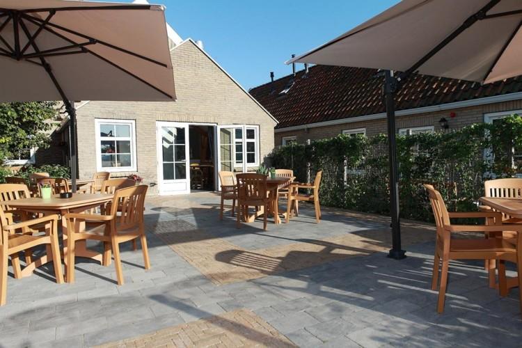 Die Terrasse des Gruppenhotele Ameland in den Niederlanden.