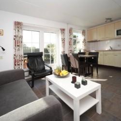 Der Wohnbereich im Appartement des niederländischen Gruppenhotels Ameland in den Niederlanden.
