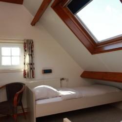 Ein Doppelzimmer im Appartement des Gruppenhotels Ameland in den Niederlanden.