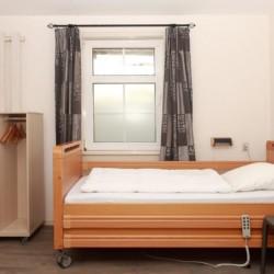 Ein handicapgerechtes Zimmer im Haus 2 im Gruppenhaus Ameland in den Niederlanden.