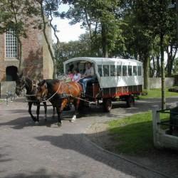 Eine Planwagenfahrt am Gruppenhotel Ameland in den Niederlanden.