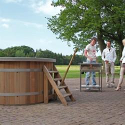 Hot Tub und Grillen am niederländischen Freizeitheim De Sterre für barrierefreie Gruppenreisen.