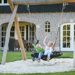 Spielplatz mit Nestschaukel am Freizeitheim De Sterre für integrative Freizeiten in den Niederlanden.