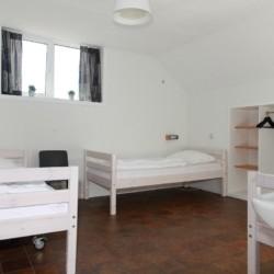 Ein Mehrbettzimmer im Haupthaus des Gruppenhotels Ameland in den Niederlanden.