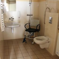 Ein rolligerechtes Badezimmer Haupthaus des Gruppenhotels Ameland in den Niederlanden.