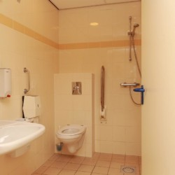 Der Sanitärbereich im Haupthaus des gruppenhotels Ameland in den Niederlanden.