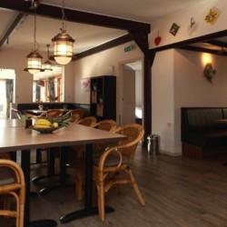 Der Speisesaal im Haupthaus des niederländischen Gruppenhotels Ameland.