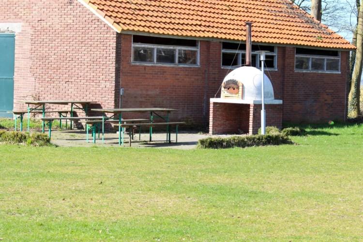 Pizzaofen auf der Terrasse im handicapgerechten niederländischen Gruppenhaus SuyderZee.