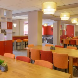 Der offene Speisesaal im handicapgerechten niederländischen Gruppenhaus SuyderZee.