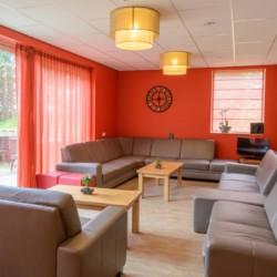 Gemütlicher Gruppenraum im handicapgerechten niederländischen Gruppenhaus SuyderZee.