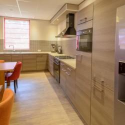 Die Küche im handicapgerechten niederländischen Gruppenhaus SuyderZee.