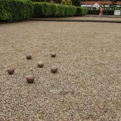 Eine Boulebahn am Haus Schouw in den Niederlanden.