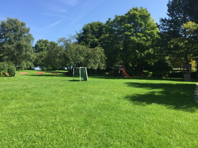 Fußballfeld und Spielgeräte am deutschen Gruppenheim Gästehaus Horn-Bad Meinberg für Kinder und Jugendfreizeiten.