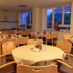 Speisesaal im barrierefreien Gruppenhaus Hotel Rügenblick für Kinder und Jugendfreizeiten.