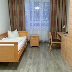 Ein Schlafzimmer mit Pflegebett im barrierefreien Gruppenhaus Hotel Rügenblick an der Ostsee in Deutschland.