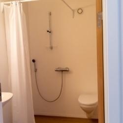 Eine Sanitäranlage im dänischen Gruppenhaus Thy Bo.