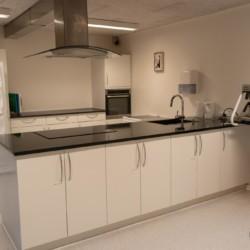 Die Küche im Gruppenhaus Thy Bo in Dänemark.