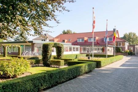 Das Hotel de Postelhoef in den Niederlanden von außen.