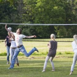 Volleyballfeld am niederländischen Gruppenhaus De Sterre für Kinder und Jugendreisen.